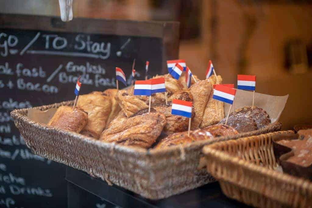 oud-Hollandse hapjes met Nederlandse vlaggetjes