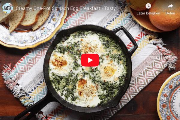 eenpansontbijt met spinazie en ei