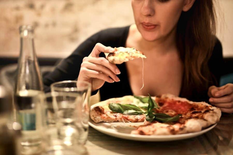 alleen eten pizza