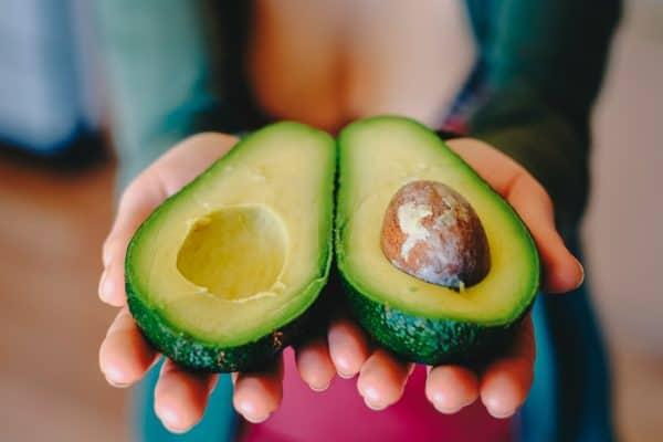 rijpe avocado herkennen